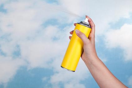Un insecticide pulvérisé dans l'air