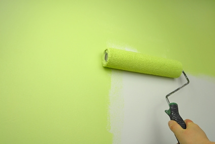 rouleau peinture mur vert