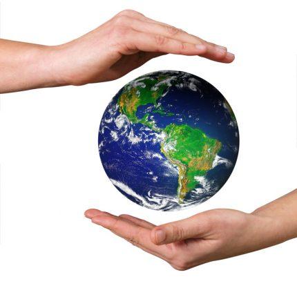 mains protégeant la planète Terre