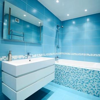 salle de bains équipée d'une baignoire