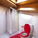 Quelles sont les précautions à prendre lorsqu'on installe une salle de bains sous les combles?