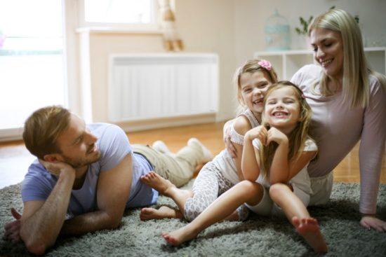 famille dans un salon