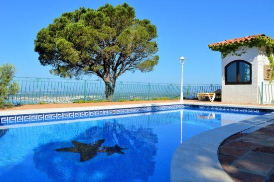 piscine exterieure en journee