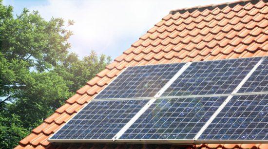 toit avec panneaux solaires photovoltaiques