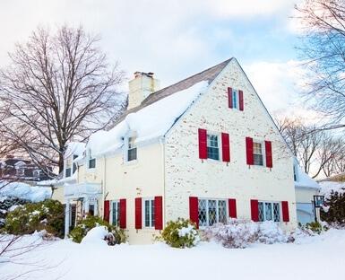maison en hiver sous la neige