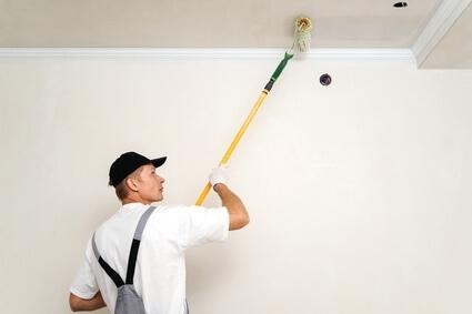 peintre qui peint un plafond