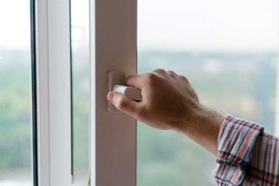 main qui ouvre une fenetre pour aerer