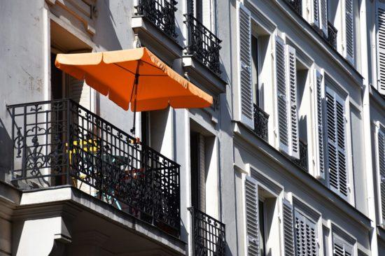petit balcon avec parasol rectangulaire