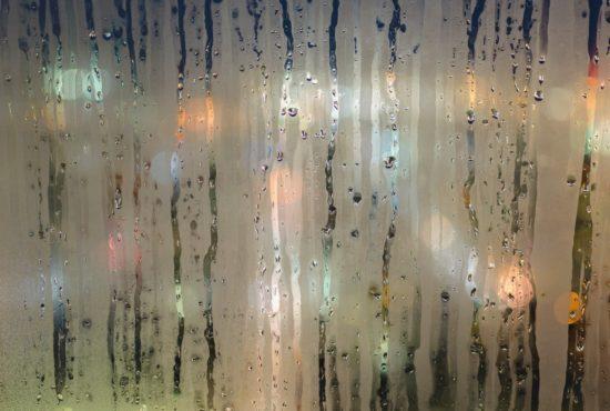 Excès d'humidité sur une vitre.