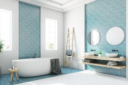Baignoire îlot dans salle de bains contemporaine.