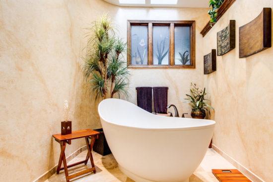 salle de bains avec des plantes
