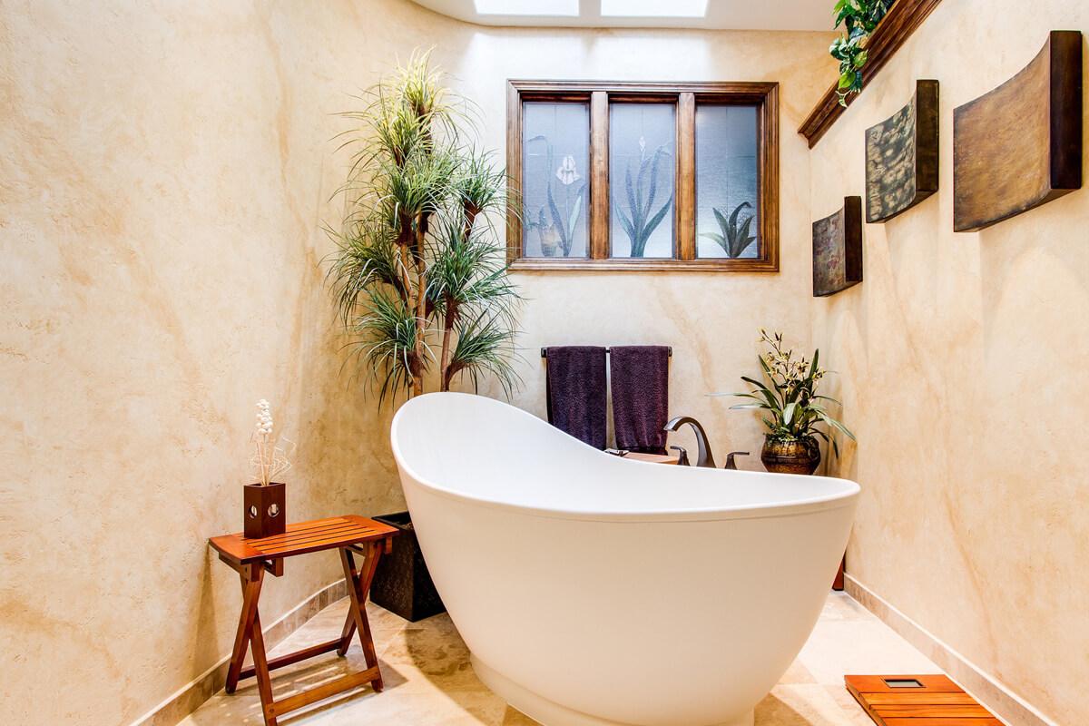 Plantes sur le rebord de fenêtre d'une salle de bains.