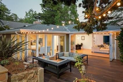 Maison de plein pied avec terrasse.