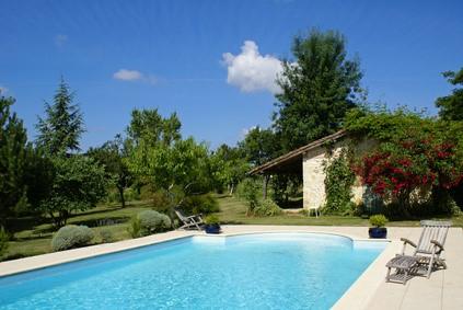 piscine enterrée dans un jardin