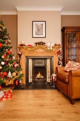 Salon et cheminée décorés pour Noël