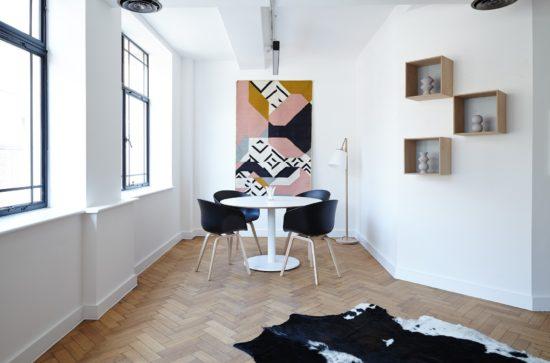 Décoration intérieure avec formes géométriques.