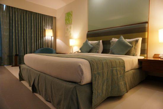 Chambre avec des touches de couleur vert sauge.