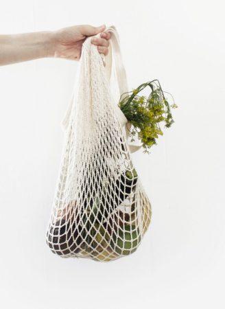 Sac réutilisable avec légumes verts.