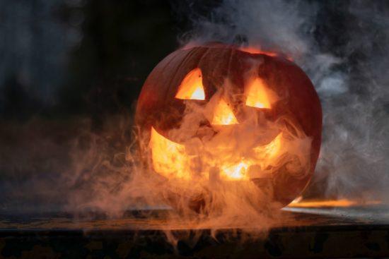 citrouille decoupee avec une bougie a l'interieur - halloween