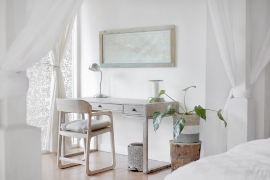 Chambre avec un bureau à la décoration minimaliste.