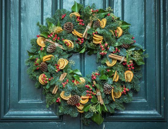 Couronne de Noël sur une porte d'entrée.