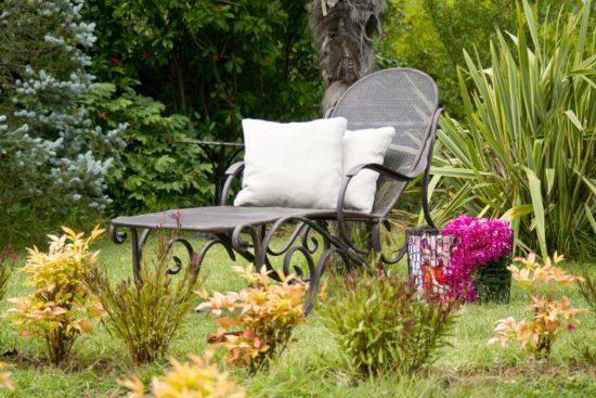 chaise longue dans un jardin