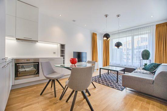 rideaux dans une cuisine ouverte sur salon